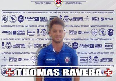 Thomas Ravera veste de azul e branco